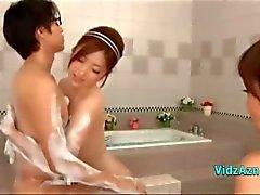 2 Aziatische meisjes zoenen Vingeren Elkaar Een Van Hen Jerking Off Guy pik in The Bathroo