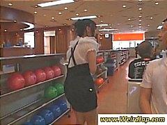 Jonge Aziatische meisjes op de bowlingbaan willen spelen met zijn ballen