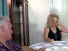 Sexy de étudiant baise avec vieux couple