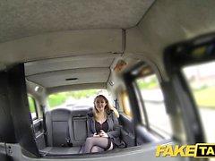 Fake Taxi Chica caliente en tacones con grandes tetas naturales
