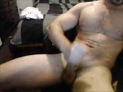 Hairy Muscle Hunk weicht seinen Schwanz bis er Cums