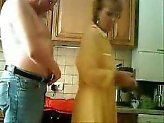 Mamãe e papai se divertindo na cozinha.