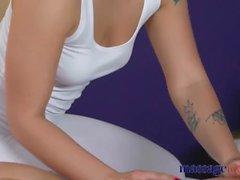Massage rum Sexig perfekt bum blond ryska har djup orgasm