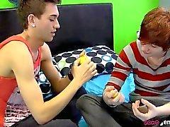 Twink Бойз поделиться своими и игрушки свою привязанность