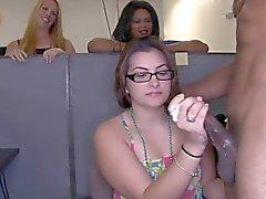 Tüm kızlar ofis partisi Xrated ediyor