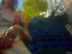adriana et de ses amis aiment in swimming pool