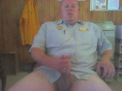 Security Guard Jerks Off & Cums bei der Arbeit