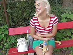 Suloinen blonde teini teini Nesty perseestä käteisvaroja