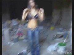 Ceca ragazza toglie le i vestiti per soldi