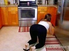 La sirvienta de la casa consigue cogido ser un guarro en el trabajo