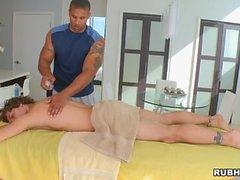 Snygg man finns bultande reglar anal under rejäla massage