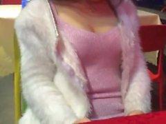 Menina chinesa tem diversão em público