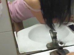 Kiinalainen tyttö on hauskaa julkisessa