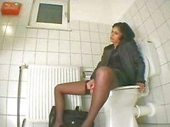 Tuvalette mastürbasyon yapan Тюрка kız