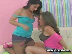 Deux jeunes filles de Latina chaudes avec des un part6 de la coq géant