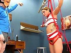 acción del hardcore BDSM con cables y relaciones sexuales grácil