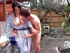 Titty Japanse slet wordt geneukt & afgeroomd