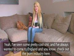 Британского агентом поддельный трахается блондинка американская