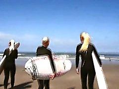 teen gruppo lesbica sulla spiaggia