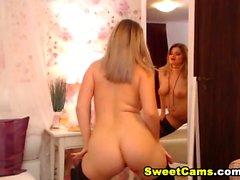Garota loira se masturba na frente de seu espelho
