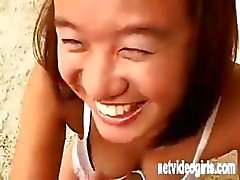 Aziatisch meisje Jade in een kalender auditie poses en eet pik