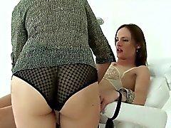 Otrogen engelska moget Lady Sonia showcases henne massivt b