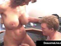 ¡Ama de casa madura Deauxma toma el gallo del esposo en su Asshole!