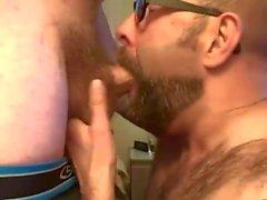 Skäggig Guy Tar två laster till ansiktet från hans Buddy.mp4
