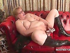 Casal em óculos se masturba em sofá de couro