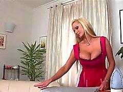 Ménagère avec de gros seins