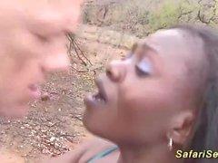 afrikanisches Baby nahm für Outdoor-Fick