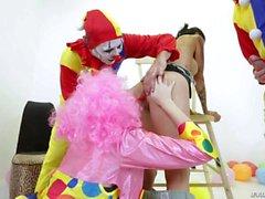 Big Tits Dana Vespoli bekommt gangbanged von geilen Clowns