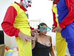 Биг груди Дана Весполи становится Gangbanged роговой клоуна