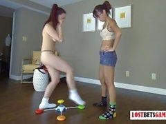 Два Потрясающие подростков Играть памяти игры Strip, проигравший получает Наказанная