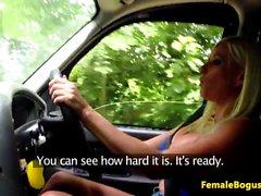 Bigboob inglese tassista sbattuto da tizio nero