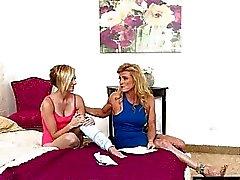 Симпатичные подростковой Кэйт Англия и горячей мама Аманда Verhhoks lesbosex