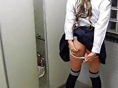 uniforme College, em um banheiro que é público.