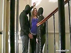 Sheryl dubbel geneukt in een gebouw entree