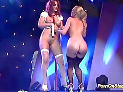 pornshow lésbica no palco público