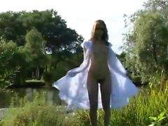 Возбуждённый брюнетка девочка мастурбирует рядом с рекой