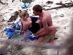 Coppie fottutamente sulla spiaggia di