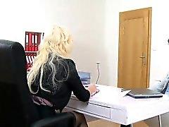Kuuma ja povekas valu agent nai haastattelussa