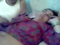 Un ragazzo musulmani scopa il Grandi culo Umma la zia con la 4 di pollice asiatica Pakidick