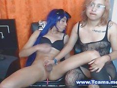 Horny Nerdy babe donnant une branlette Travesti