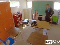 SpyFam-opettaja, tyttärentytär Nina Skye viettelee poro-ohjaajaa