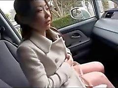 Asiatischer MILF zeigt big nipples bei Auto