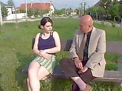 oldman otetaan nuori ja tyttö puistossa sukupuoli
