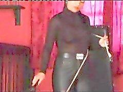 Nieuwsgierig Bimmy met een onbescheiden zeekreeftklauw doles de pijn op haar slaaf