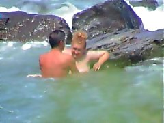 Joven se coje a una madura en la playa ( Espia )