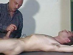 Парень находится в спящем режиме в то время как его коллега дергаясь свой член